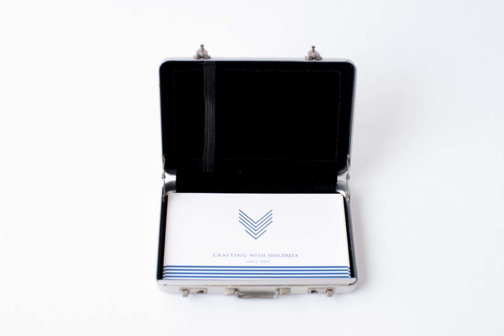 アタッシュケース型名刺入れCARDT-RUNK使用イメージ