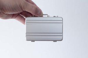 アタッシュケース型名刺入れCARDT-RUNK手持ちイメージ