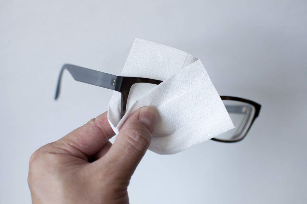 無印良品・携帯用メガネ拭き(使用イメージ)