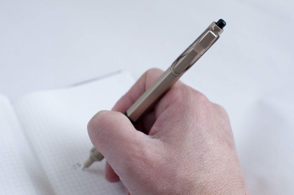 uni・三菱鉛筆|JETSTREAM EDGE・ジェットストリーム エッジ(書くイメージ02)